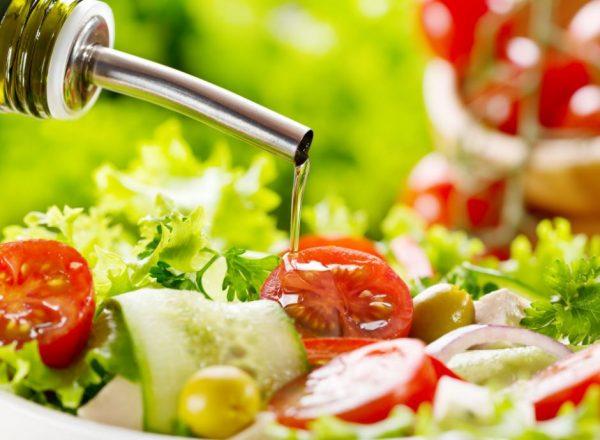 Оливковое масло льют в салат