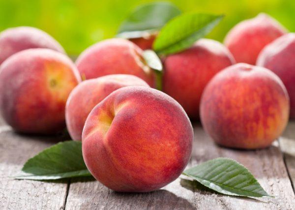 Персики на деревянной поверхности