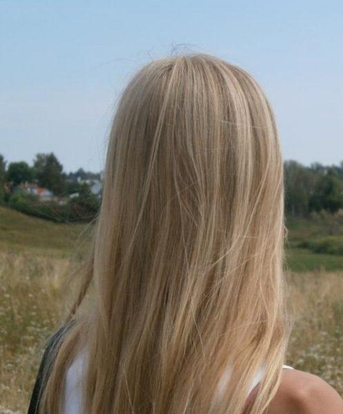 Волосы девушки, применяющей масло персиковой косточки перед мытьём головы