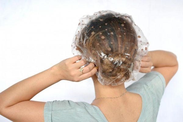 Полиэтиленовая шапочка на волосах