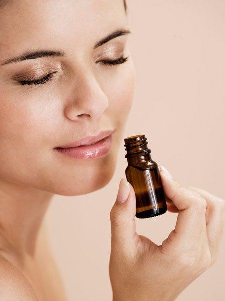 Женщина вдыхает аромат масла чайного дерева