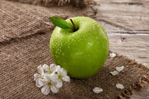 Зелёное яблоко и цветы