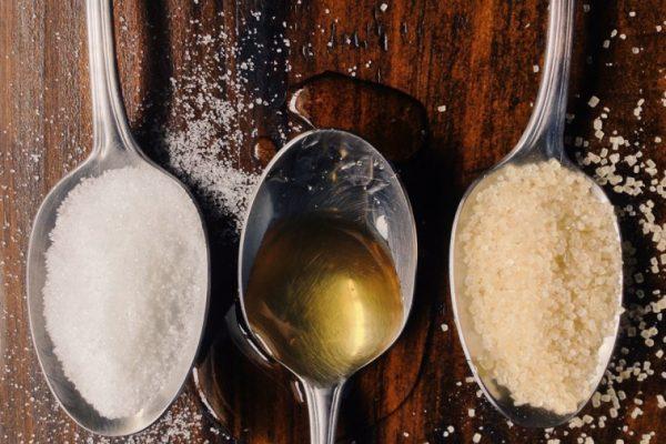 Три ложки: две с сахаром и одна с маслом