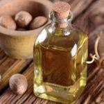 Эфирное масло мускатного ореха в прозрачном флаконе