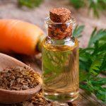 Эфирное масло семян моркови в прозрачном флаконе