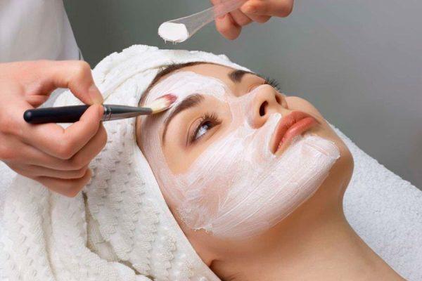 Нанесение состава химического пилинга на кожу