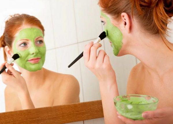 Маска с зелёной глиной на лице девушки