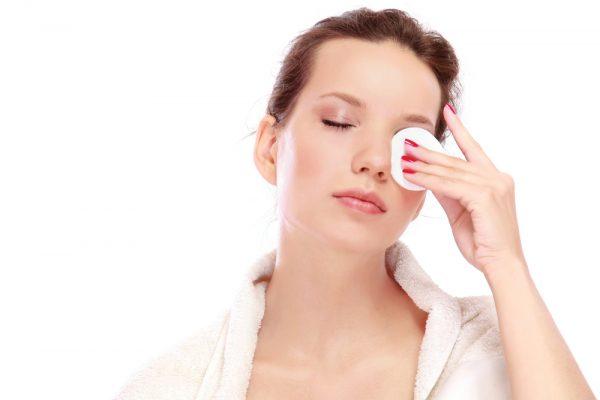 Девушка снимает макияж