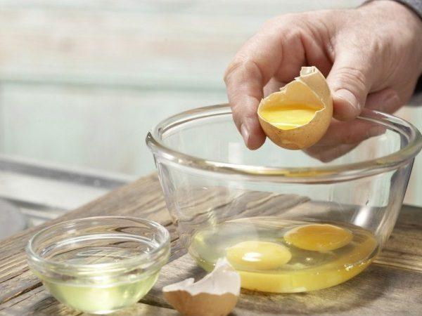 Сырые яйца в прозрачной пиале
