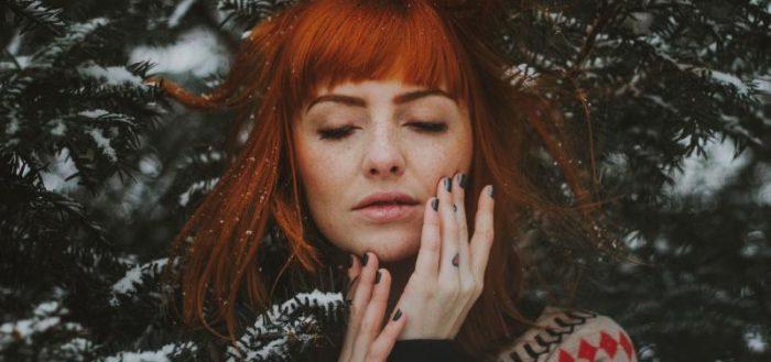 Рыжая девушка в лесу