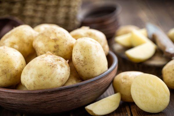 Сырой картофель в деревянной пиале