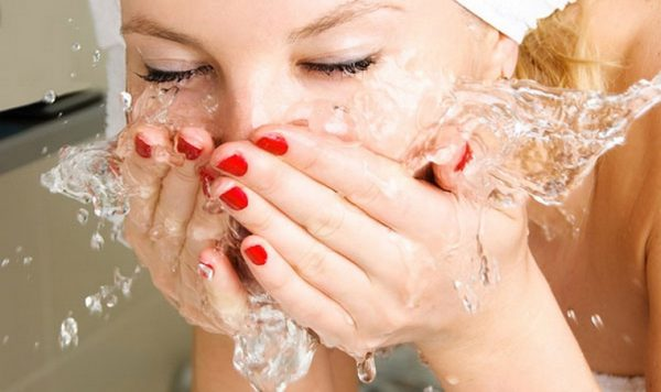 Умывание лица девушки
