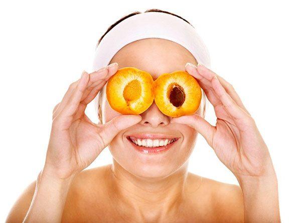 Женщина с половинками абрикосов вместо очков