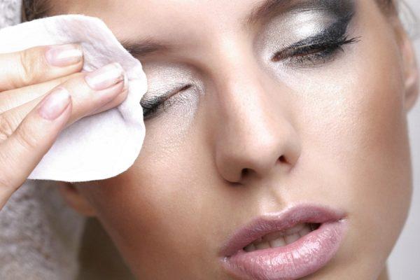 Девушка удаляет с лица макияж ватным диском