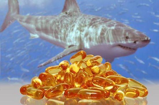 Акула и капсулы с акульим жиром