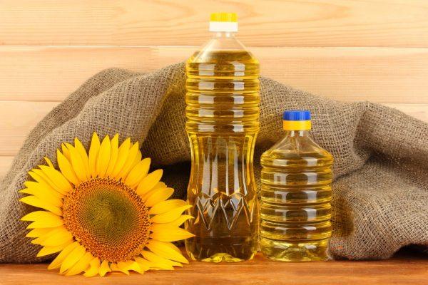 Подсолнечное масло в прозрачных бутылках