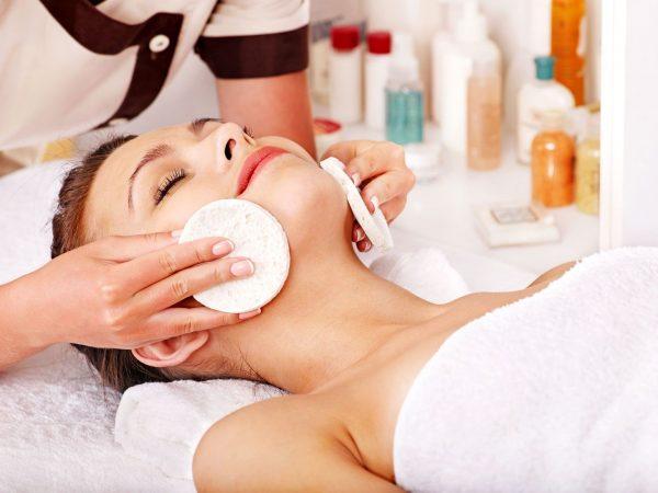 Очищение лица косметологом