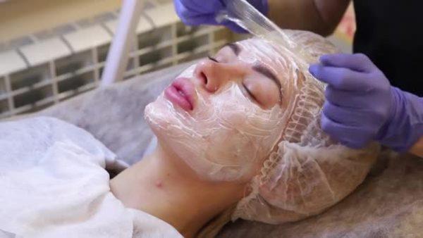 Нанесение анестезии на лицо