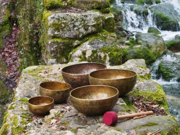 Тибетские поющие чаши на фоне природы
