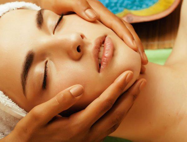 Выполняем классический массаж лица дома: особенности и техника процедуры