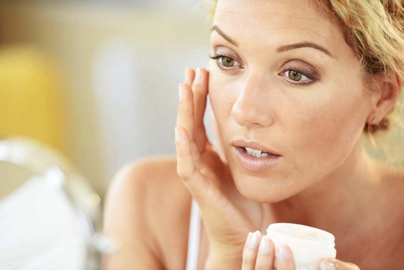 Антивозрастные кремы для кожи лица и век для женщин 40+ и 45+: обзор эффективных