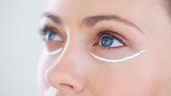 Нанесение крема под глаза