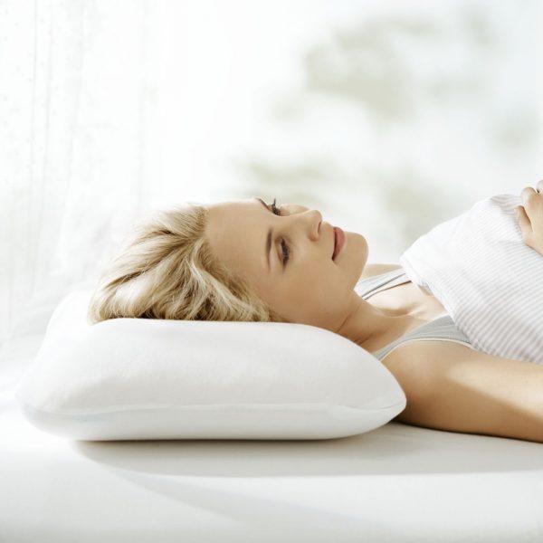 Голова женщины на ортопедической подушке