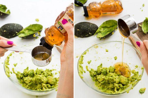 Процесс приготовления маски из авокадо и мёда