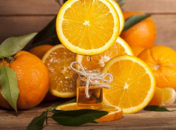 Эфир апельсина в прозрачном флаконе
