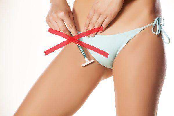 девушка сбривает волоски в зоне бикини