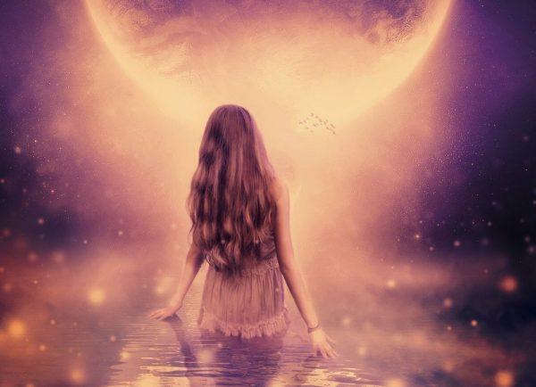 Девушка идёт по воде к луне
