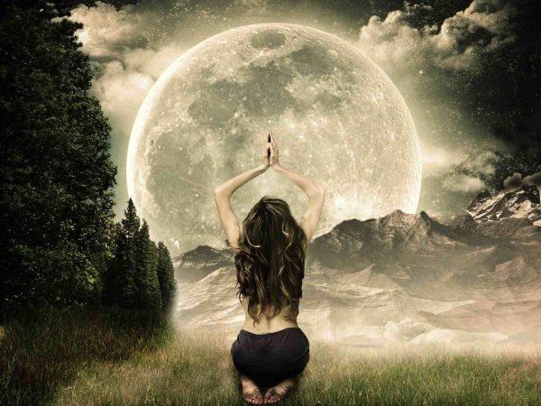 Девушка и луна в полнолуние