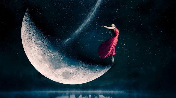 Девушка в красном платье стоит на луне