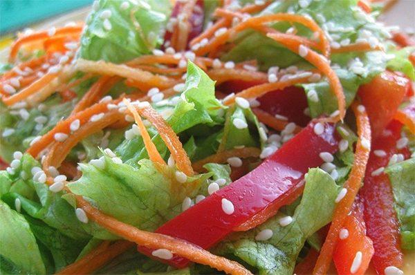 кунжутное масло и семена в салате