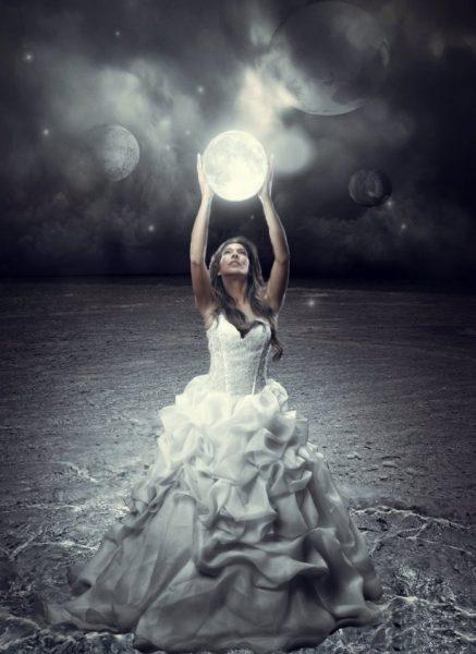 Луна в руках у девушки