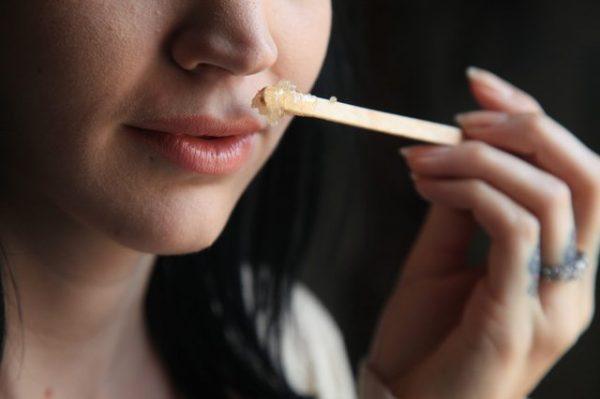 Нанесение сахарной пасты при помощи палочки для мороженого на область над губой