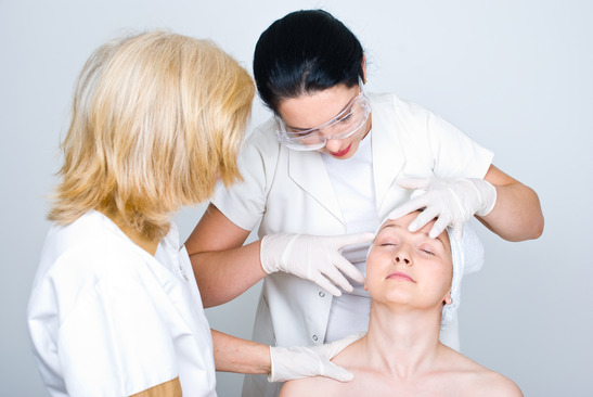 Осмотр пациента дерматологом