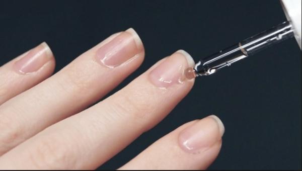 Нанесение масла на ногти