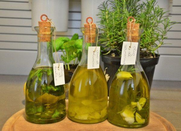 3 бутылки оливкового масла с пряными травами