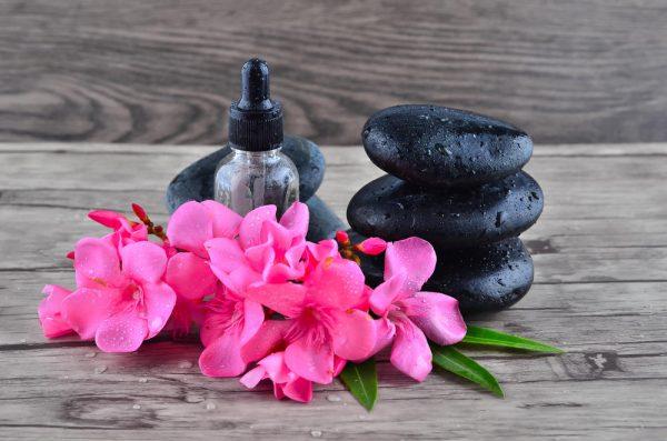 Аромакамни и цветы на столе