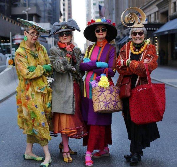 4 весёлые пожилые женщины в креативных нарядах