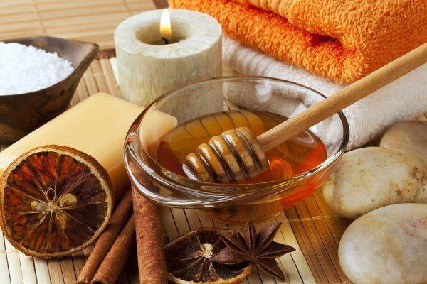 Мёд, корица и полотенца на столе