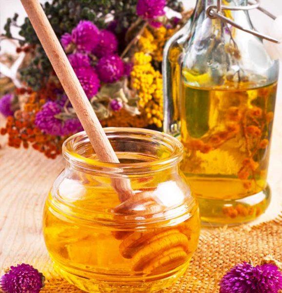 Банка мёда и бутылка масла
