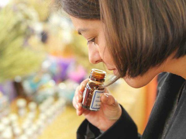 Женщина нюхает эфирное масло
