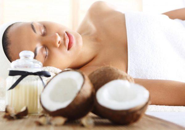 Девушка на массажном столе и кокосовые орехи