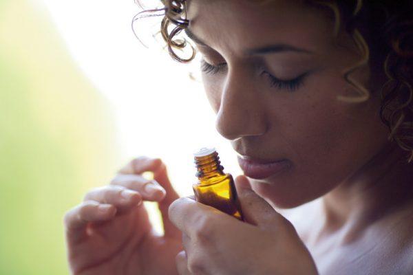 девушка нюхает апельсиновое масло