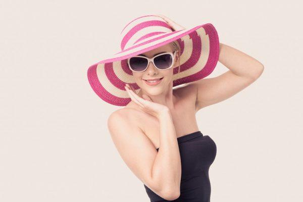 Девушка в широкополой шляпе