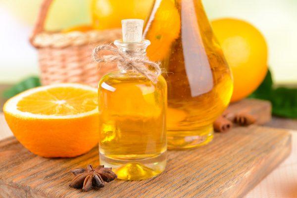Эфирное масло апельсина в прозрачном флаконе