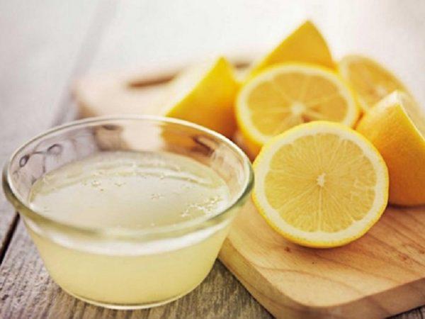 Лимонный сок в прозрачной пиале