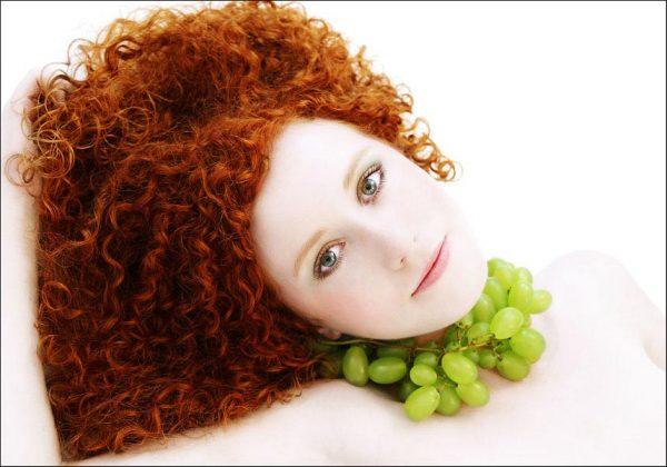 девушка с виноградом на шее